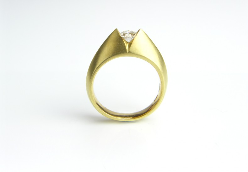 ART 'V' Round Diamond Ring